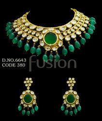 Vilandi Kundan Emerald Necklace Set