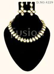 Vilandi Kundan Necklace Set