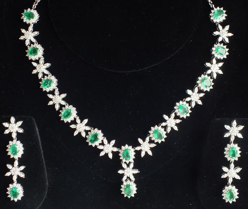 a9bec2f4e4829c Anurag International Diamond With Emerald Necklace Set, Packaging Type: Box