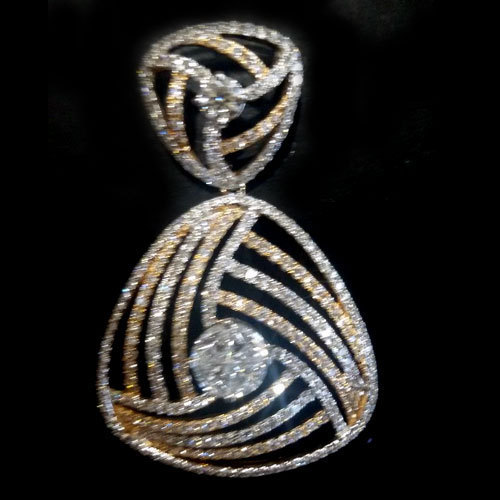 designer pendant gold diamonds si holds gh radiant weight a in diamond total with beautiful s yg sensation bay bays this white
