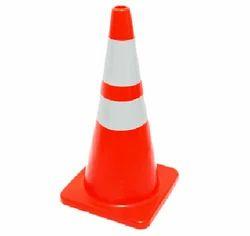 红色帽子,跑道交通锥