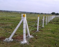 12 Gauge Boundry With Fencing Pole & Barbed Wire, For Agriculture, Size: 4 Feet