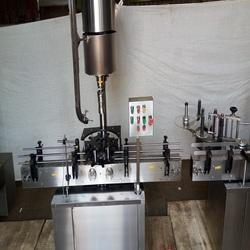 Automatic lubricant oil bottle capping machine