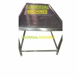 Universal Machines Silver Stainless Steel Chicken Cleaning Table, For Hotel,Restaurant, Size: 2-5 Feet (width)