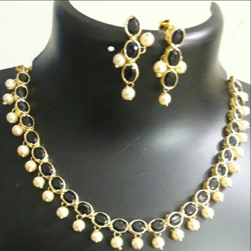 c46350384e578 Necklace With Moti And Black Stones