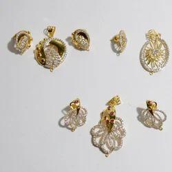 Ladies Gold Small Pendant Set