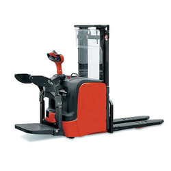Linde 1.4 - 1.6 Ton Electric Stacker