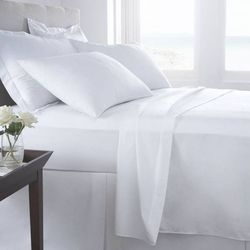 300螺纹计数白色床单,带2个设计师枕套。