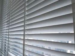 白色普通手动木制垂直百叶窗