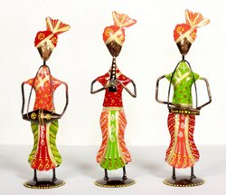 Glossy Musician Standing Handicraft Metal Showpiece, For Decoration, Size/Dimension: 4x3x6 Inch